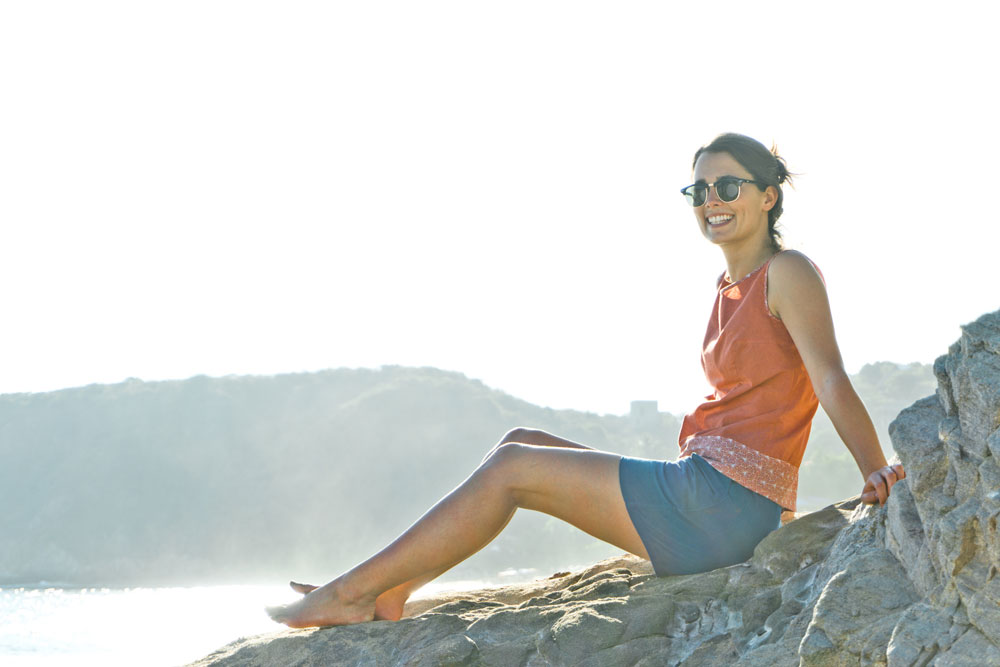 Mannequin tem pimenta pose assise sur un rocher