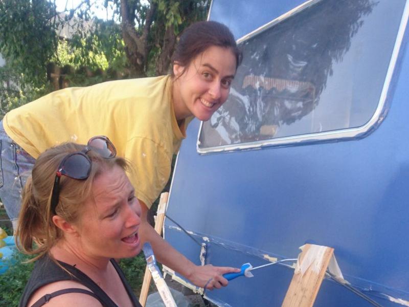 Karina et Pascale peignent Lucette