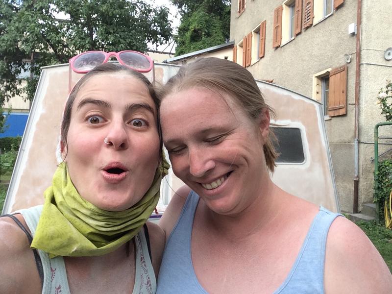Pascale et Karina devant Lucette, la caravane de mode éthique de tem pimenta pendant la rénovation