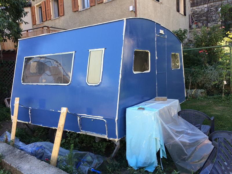 Lucette, la caravane de mode éthique de tem pimenta nouvellement peinte.