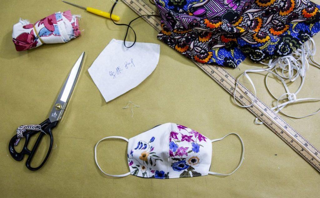 atelier de couture avec un masque artisanal